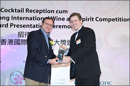 Receiving_trophy